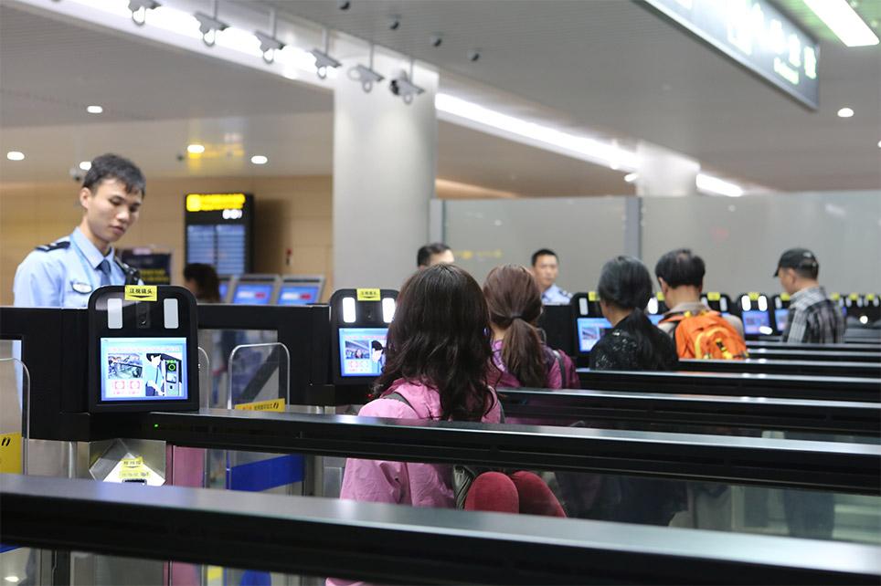 自助通关系统对出入境旅客进行人脸识别。(图源:重庆口岸物流办供图)