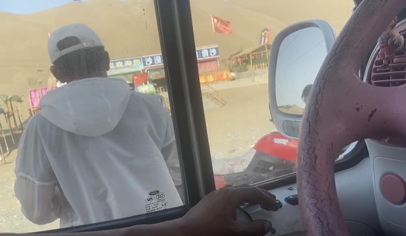 涉事越野基地工作人员阻碍过路司机救援 受访者供图