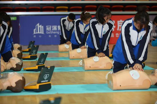 青年学生进行心肺复苏操作学习。陈政/摄