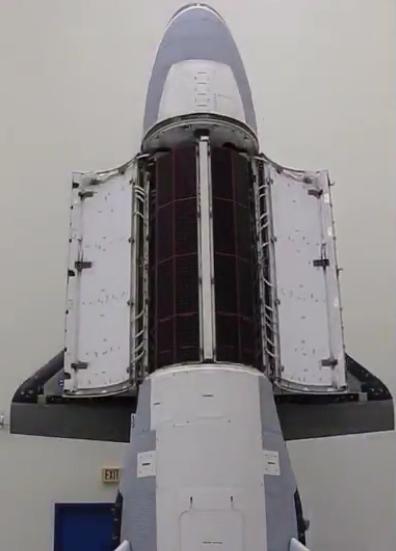 X-37B太空飞机机身舱门开启画面