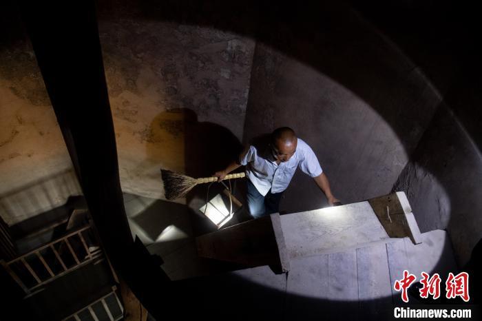 麓台塔为近50米高的八角九层楼阁。二层以上是木梯。木梯比较陡,闫新安每次清扫得花费两个小时。韦亮 摄