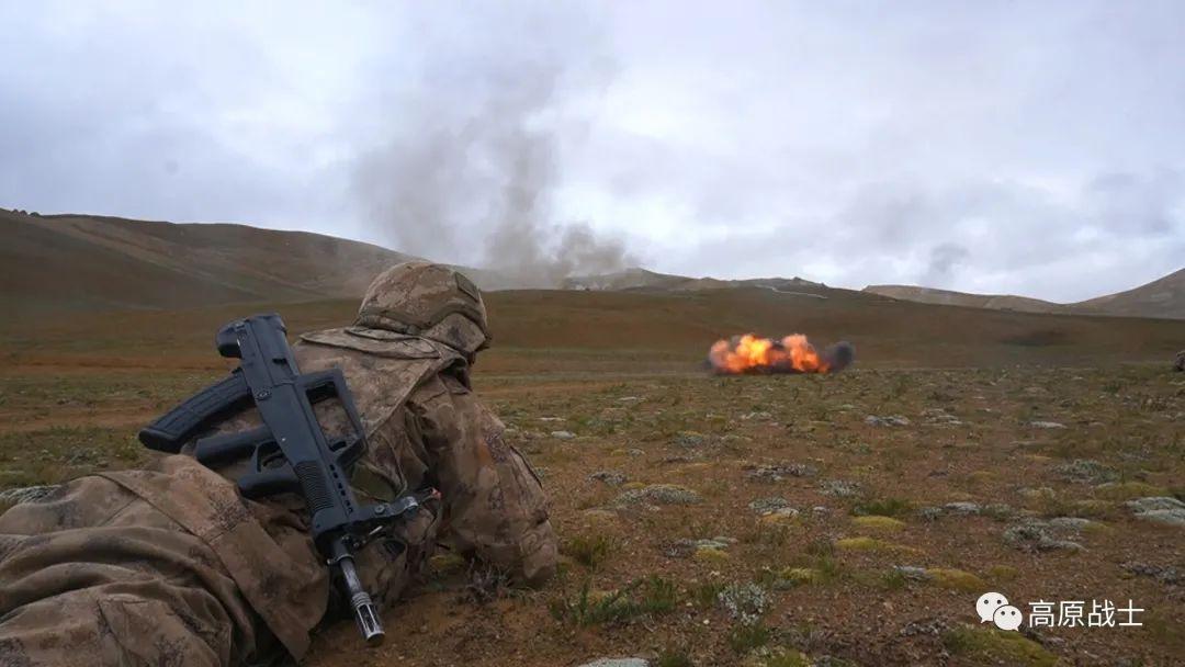 空地协同!西藏军区某旅组织全要素实兵实弹演练