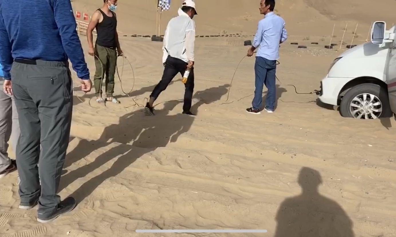 涉事越野基地人员将拖车绳子解开 受访者供图
