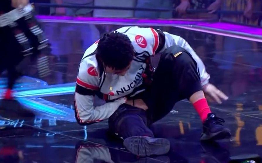 《骑上我心爱的小摩托》里,肖杰假装受伤,制造了表演中的一个精彩桥段。图片来自节目截图