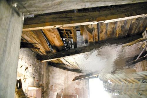 被蛀蝕的立柱 垮塌的樓板