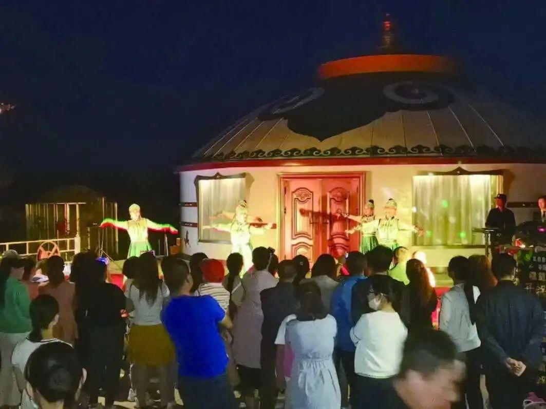 河西堡镇孔雀谷亲子农庄内,游客们观看节目。
