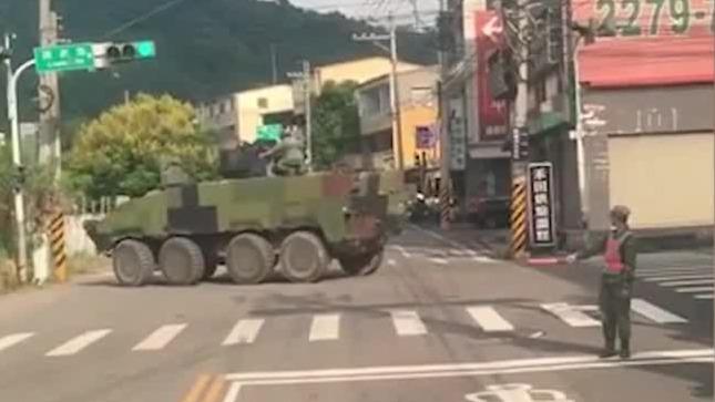 尴尬!台军驾驶装甲车在路口拐弯足足拐了两分钟 网友怒了