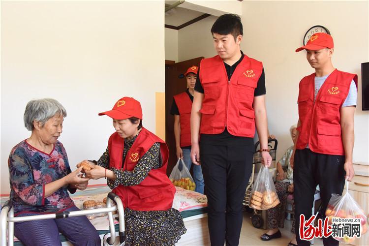 近日,志愿者到老年公寓看望老人。文安县委宣传部供图