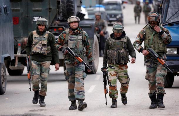 【大众辉腾笑话】_恐怖!印度士兵持军用步枪袭击妻女 在妻子尸体旁自尽