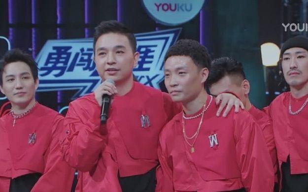 """肖杰""""齐舞终于齐了""""。编舞师张建鹏(左二)是他在节目中最好的朋友,两个人惺惺相惜。图片来自网络"""
