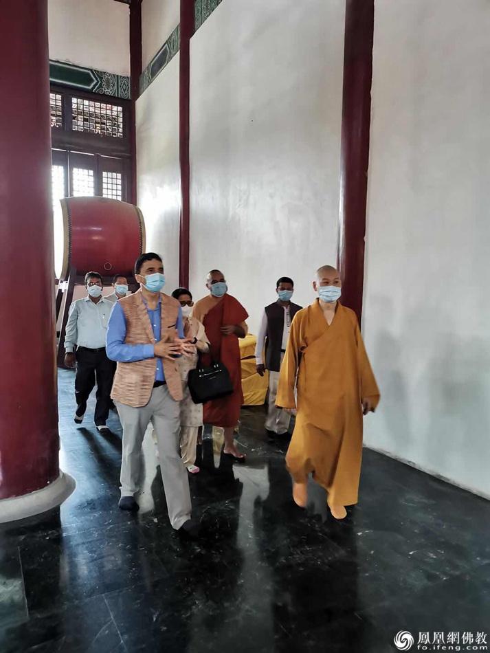 尼泊尔文化旅游部部长Yogesh Bhattarai一行绕佛祈福(图片来源:凤凰网佛教 摄影:尼泊尔中华寺)