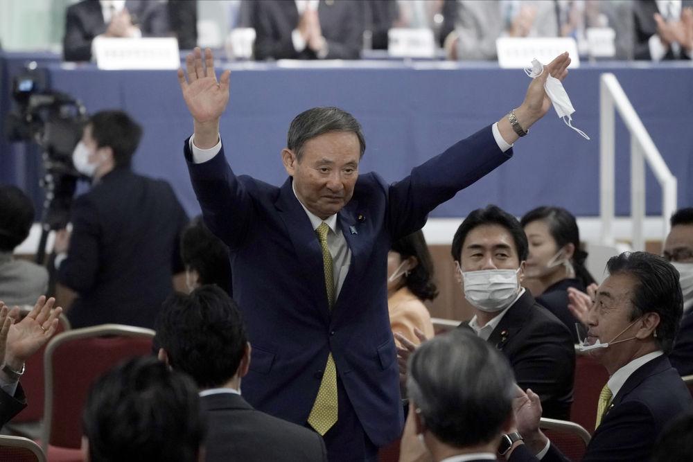 9月14日,在日本东京,日本内阁官房长官菅义伟庆祝获胜。新华社发(Pool图片,星子裕一摄)