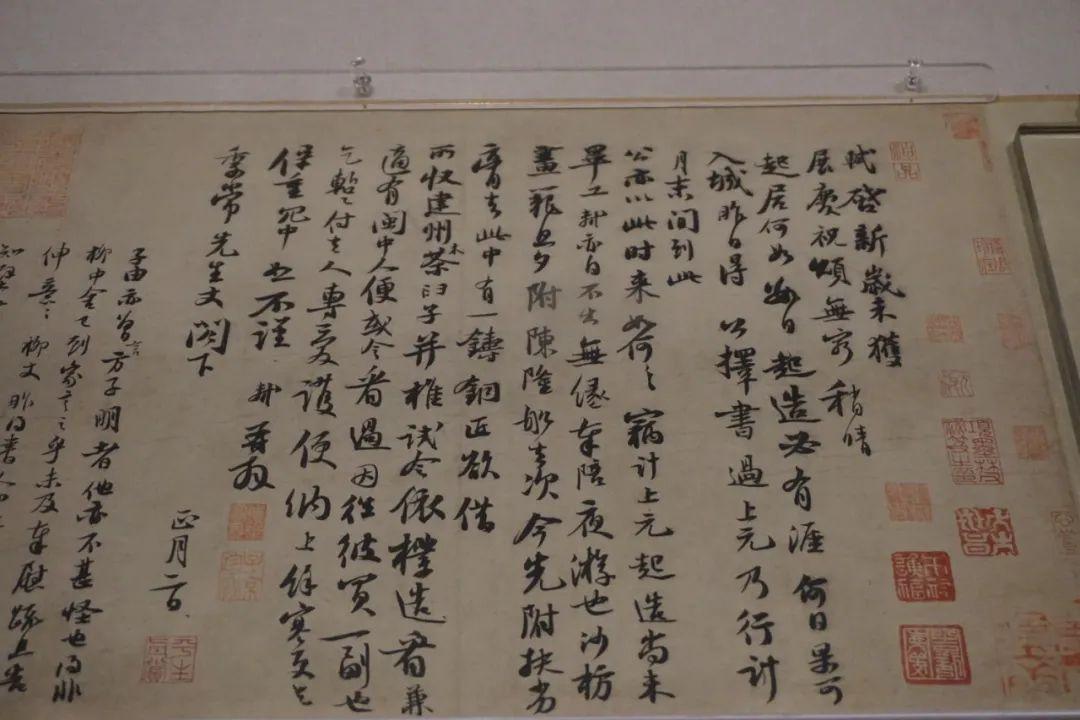 《新岁展庆帖》,二帖书写时间相近,并且在历史上长期被共同保存,因而被合装为一卷。