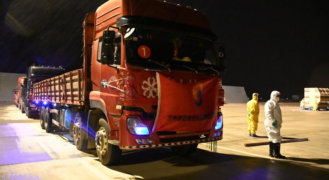 兰州新区商投集团负责运输车辆进入机坪 张蓝翔 摄