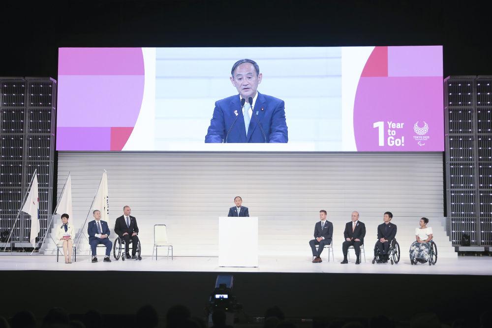 东京残奥会倒计时一周年庆祝仪式,菅义伟(中)在仪式现场致辞。新华社记者杜潇逸摄