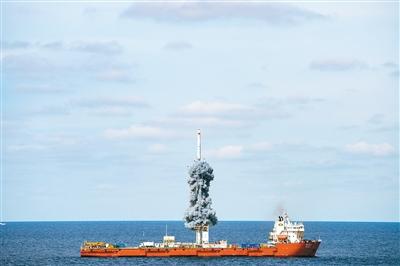 """昨日,我国在黄海海域用长征十一号海射运载火箭,采取""""一箭九星""""方式将""""吉林一号""""高分03-1组卫星送入预定轨道,发射获得圆满成功。 (新华社记者 才扬 摄)"""