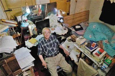 ▲8月10日,岛田平时就是在这里看书、写作。他会把完成的作品发回日本,请朋友帮忙出版。摄影 / 陈杰,图片来自新京报网