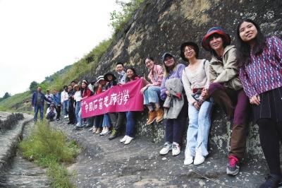 中国石窟走廊游学学员合影 图片由北石窟寺提供