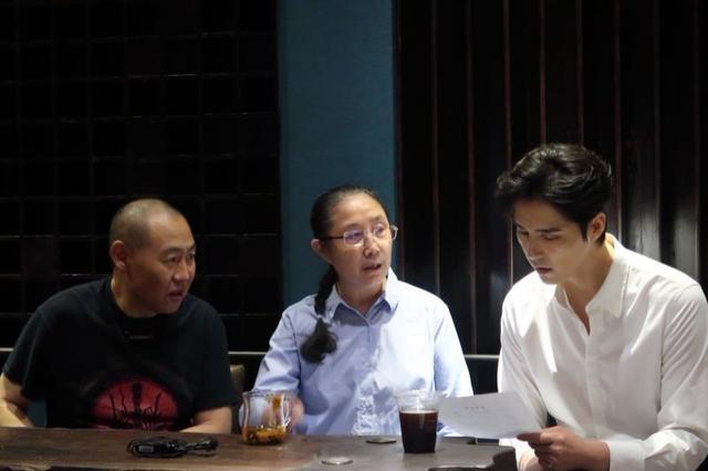 阿云嘎(右一)与音乐总监李杰、《我的祖国》作曲刘炽先生的女儿刘云(中)