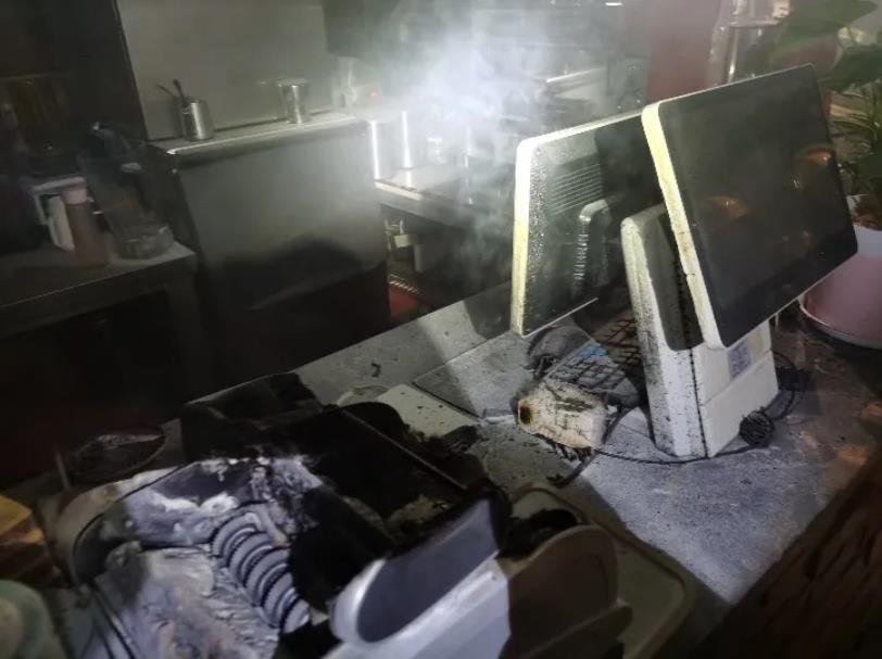 婺源小吃店凌晨发生火灾 起火竟然是充电宝引起的
