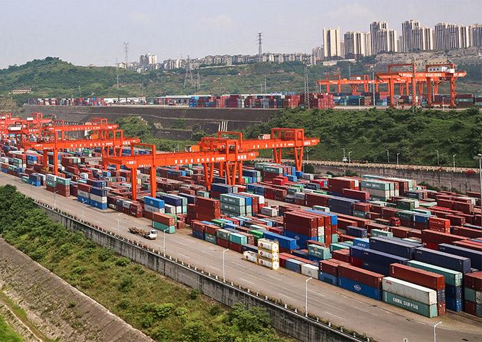 重庆市果园港繁忙的集装箱作业区。(图源:重庆口岸物流办供图)