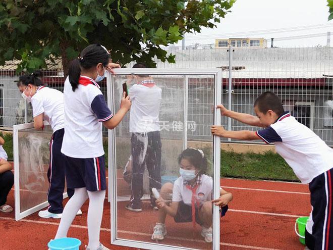 各学校师生进行校园卫生清理