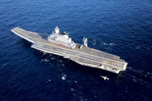 印度现在的两艘航母,一艘是老妪涂粉,一艘尚在襁褓,在大国海军眼里不算什么,但对于巴基斯坦,如果没有合适的打击手段,仍然难以对付