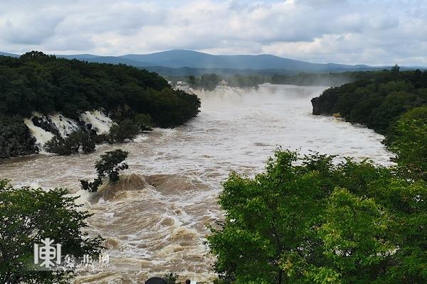 牡丹江镜泊湖再现六十年来最大三面飞瀑奇观。