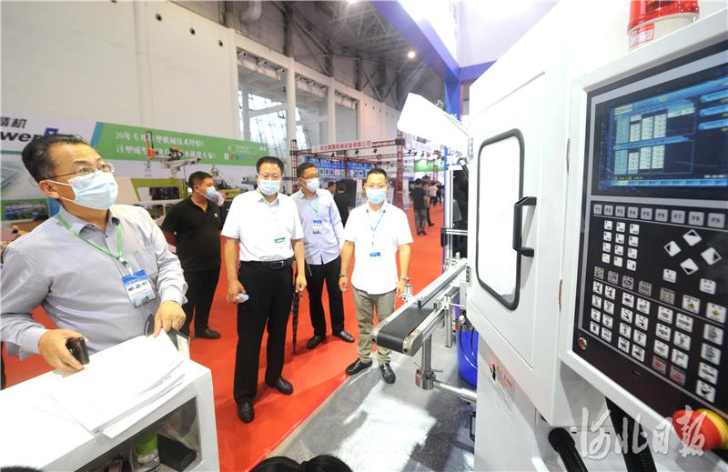 2020年9月15日,第二届中国·沧县塑料中空制品展览会上,来自外省的参展商纷纷展出各自新产品。河北日报记者杜柏桦摄影报道