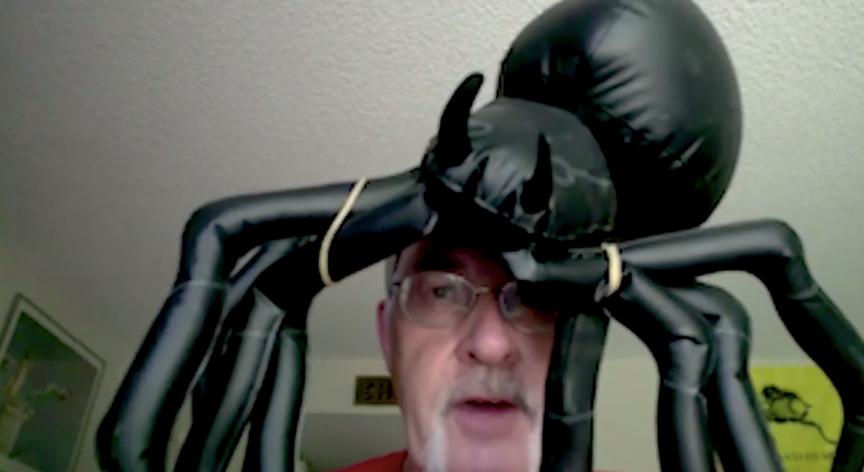 老先生,您头上的蜘蛛要掉了