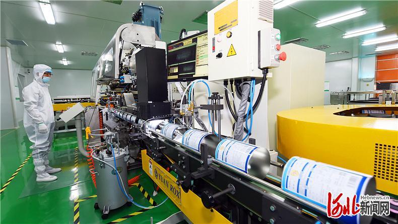 日前,位于行唐县的石家庄冠领包装有限公司全自动智能高速食品罐生产线正在进行生产作业。该项目一期工程已于今年7月完工。 河北日报记者史晟全摄