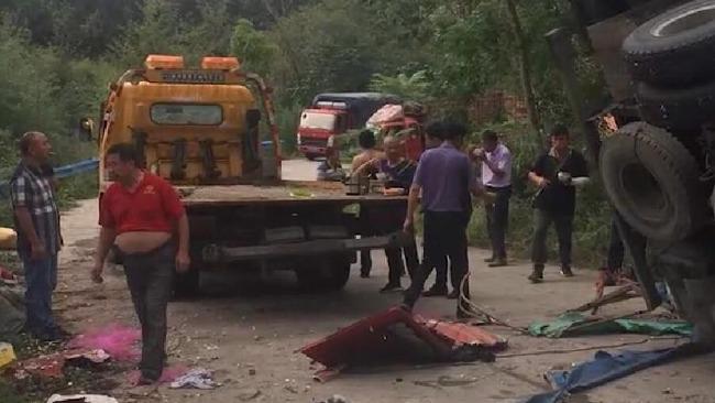 河南商城民众路边拾蒜瓣遭货车侧翻掩压 已致8死11伤