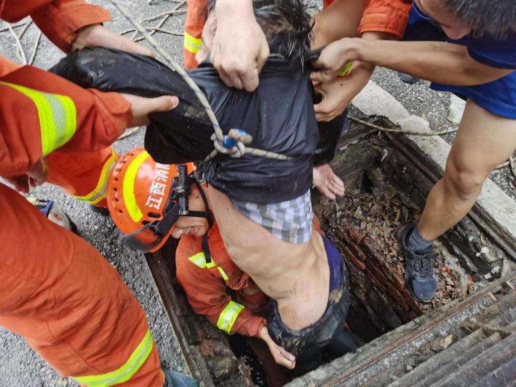 景德镇一男子坠入下水道 14名消防指战员进行救援
