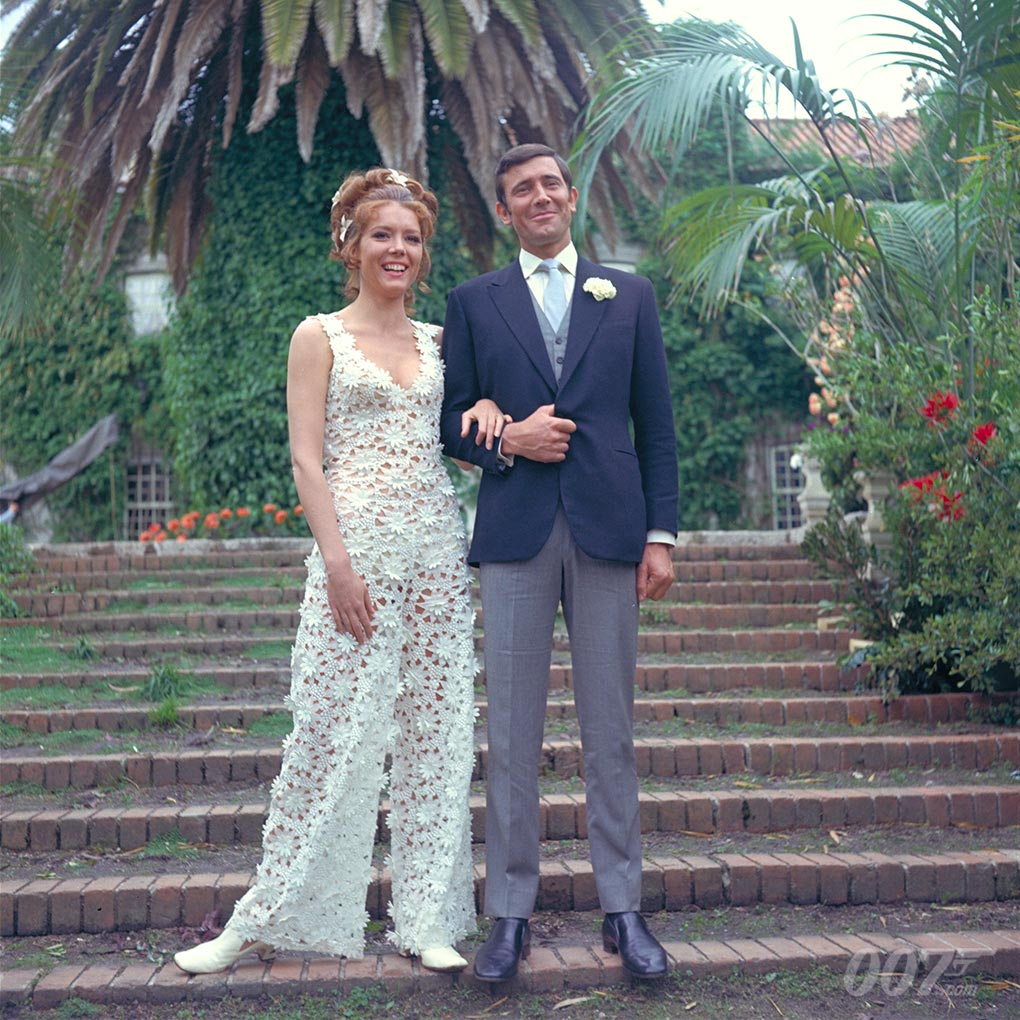 《女王密使》片场照,也是007电影中,唯一一次邦德身穿晨礼服和身着婚纱的太太合影