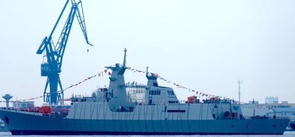 正在进行舾装的054AP型护卫舰