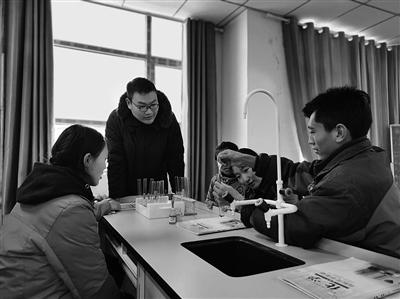 上海援青教师给牧民孩子上课。王湘琳 摄