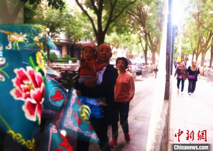 街头的传统民俗展示吸引民众目光。 史静静 摄