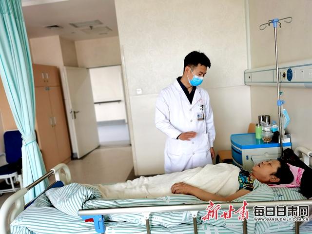 陈国栋在病房探望患者,询问患者康复感受。