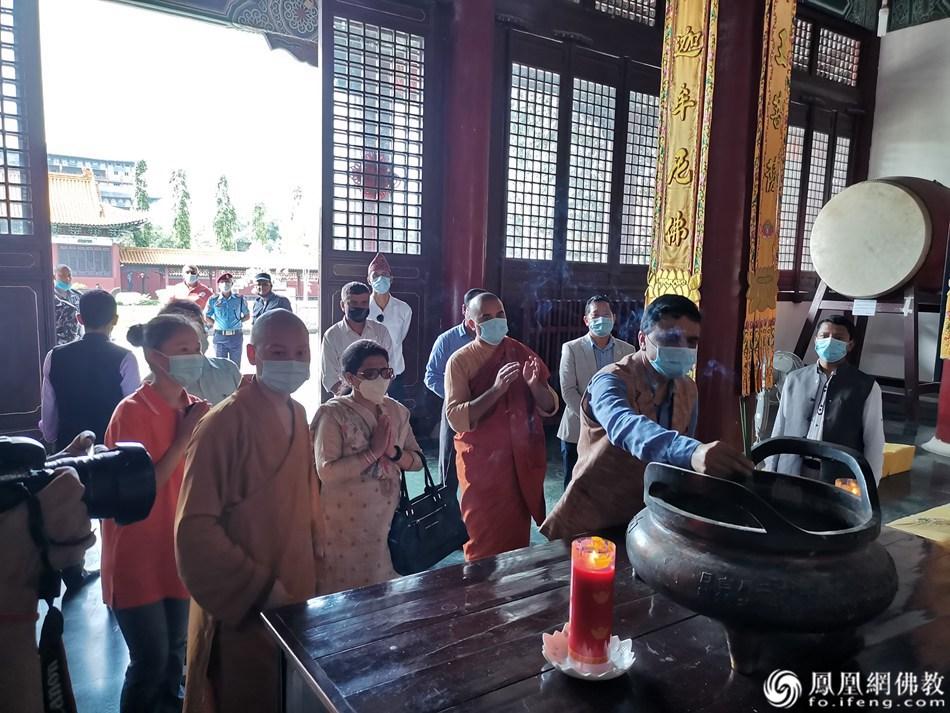 尼泊尔文化旅游部部长Yogesh Bhattarai一行在大殿上香礼佛(图片来源:凤凰网佛教 摄影:尼泊尔中华寺)