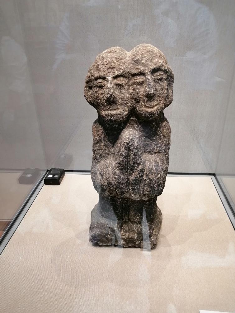 石质双头像