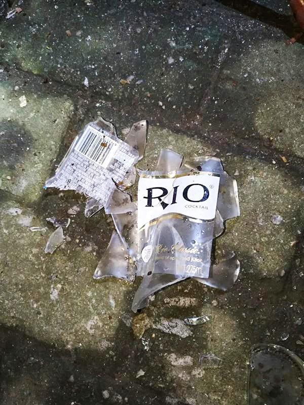 坠落地上摔碎的玻璃酒瓶