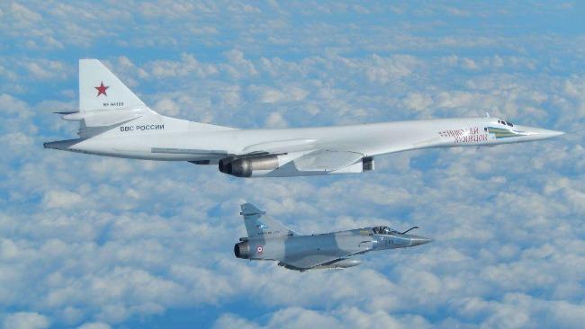 俄图160轰炸机长途巡航波罗的海 多国军机伴飞