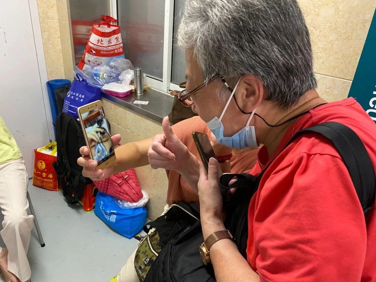 9月1日下午,妈妈和姑姑在ICU病房外和胖先生连线鼓励他。新京报记者杜雯雯 摄