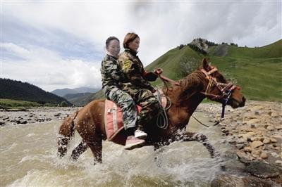 """骑马行进中的""""娘子军""""英姿飒爽"""