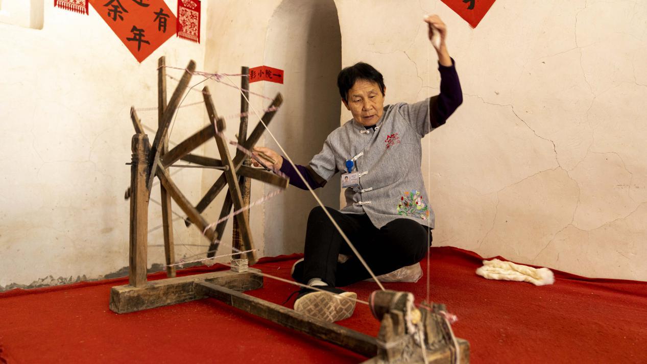 图为塔尔坡古村传统技艺——纺布
