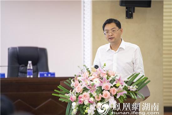 长沙县委常委、常务副县长杨应龙向参会媒体记者推介长沙县营商环境情况。