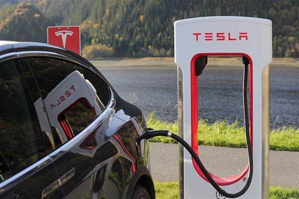 特斯拉Model S Plaid接受预定:2s内破百 续航可达832km