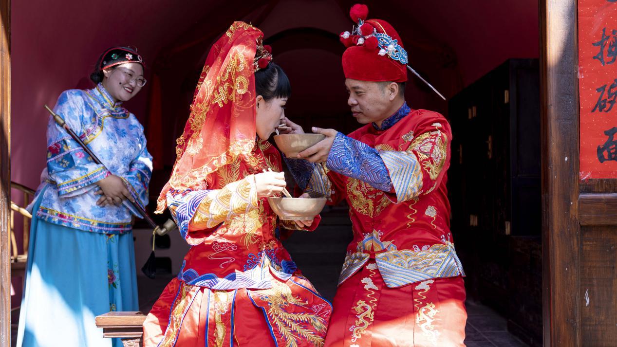 图为塔尔坡古村婚俗情境体验演出