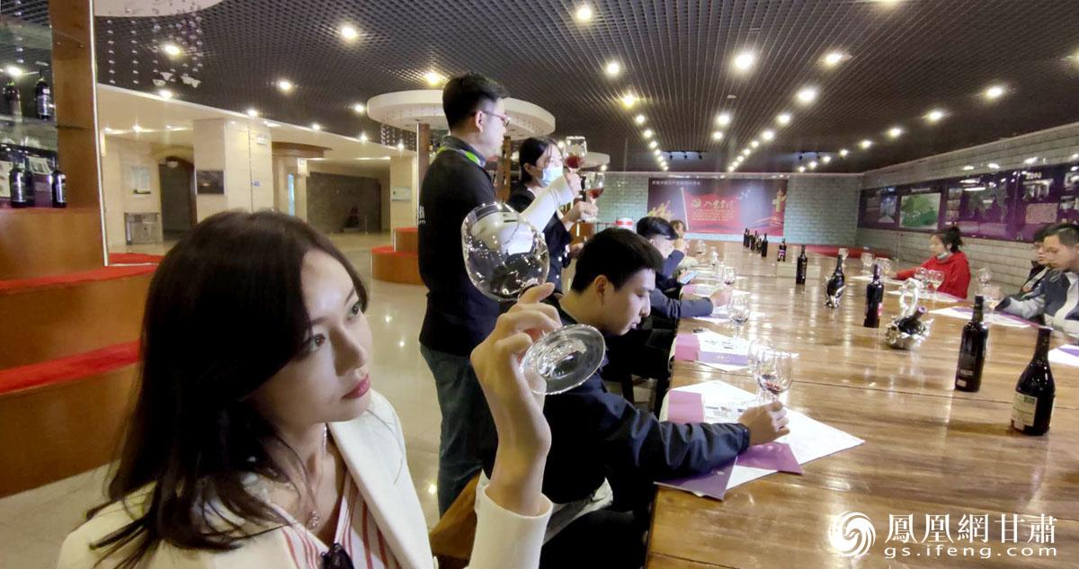 """""""丝路人·丝路情""""主题采访团在亚洲最大的单体酒窖品鉴紫轩葡萄酒 肖刚 摄"""