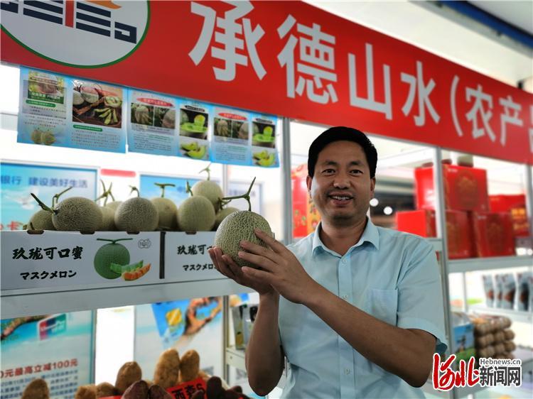 图为郭安治进京推介八顷村特色扶贫产品玫珑瓜。河北日报记者陈宝云摄